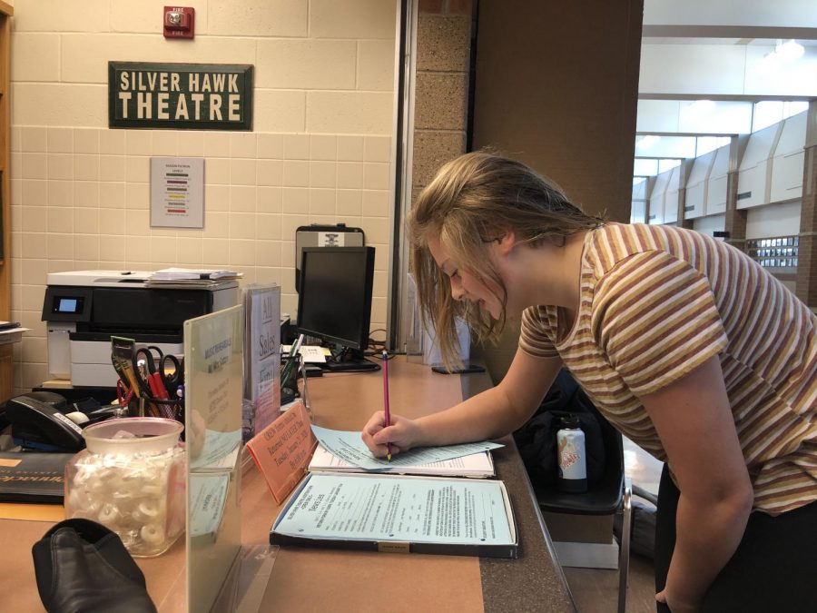 Freshman+AJ+Wise+signs+audition+and+crew+sign+up+forms.+Auditions+will+be+taking+place+Monday%2C+Jan.+20+and+Tuesday%2C+Jan.+21+at+6%3A00+p.m.+in+E107.+